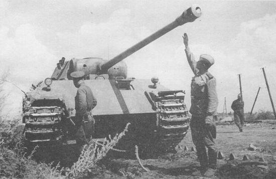 Советские солдаты осматривают подбитую «Пантеру» Ausf.D. Курская дуга, июль 1943 года. Высота линии огня у «Пантеры» составляла 2260 мм – рукой не достать!