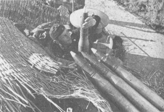 Загрузка 75-мм выстрелов через командирский люк танка.