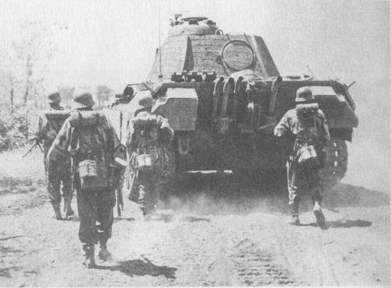 Немецкая пехота сопровождает атакующую «Пантеру» из состава дивизии СС «Викинг». Польша, 1944 год. Большие размеры танка обеспечивают пехотинцам надёжное укрытие.