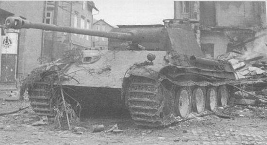 Танк варианта G позднего выпуска, подбитый в пригороде Берлина. 1945 год.