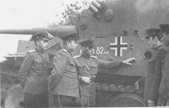 Дважды Герой Советского Союза гвардии полковник И. Н. Бойко (в центре) рассказывает офицерам-танкистам о бое с этим танком, который был подбит на Курской дуге летом 1943 года.