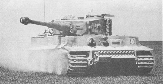 «Тигр» из состава 101-го тяжёлого танкового батальона СС на учебных занятиях. Франция, весна 1944 года.