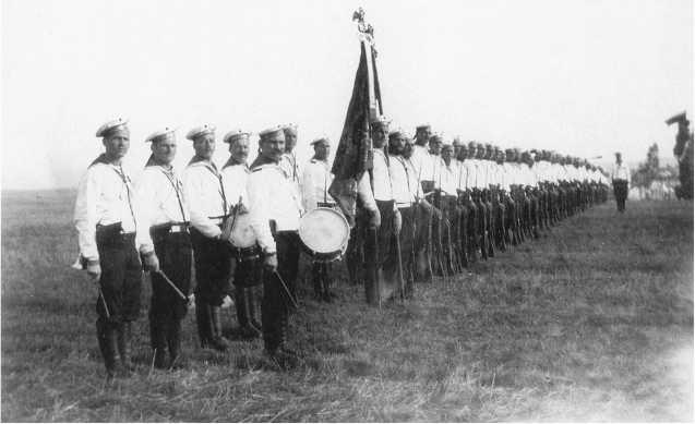 Рота Гвардейского экипажа перед выступлением на парад 26 августа 1912г. Фотографии из альбома «Рота Гвардейского Экипажа на Бородинских торжествах 18–31 августа 1912г.» (ЦВММ).