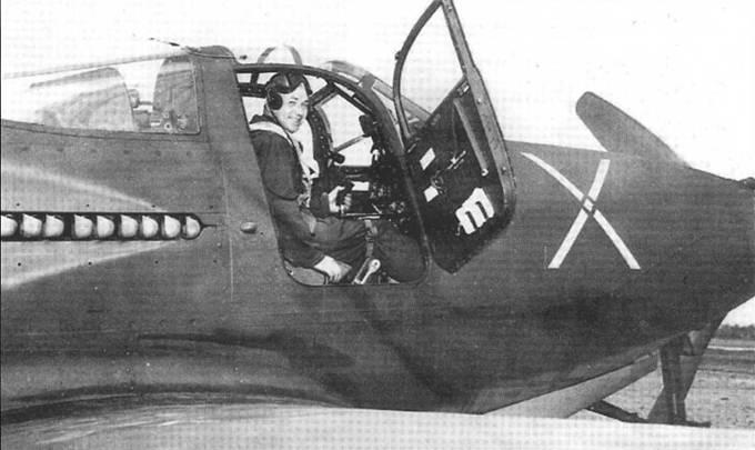 Кочетков А.Г. позирует в своем Р-63А-10 42-68939 во время испытательного взлета с заводского аэродрома фирмы «Белл», 29 апреля 1944 года. Вскоре после взлета самолет разрушился, но летчик смог воспользоваться парашютом.