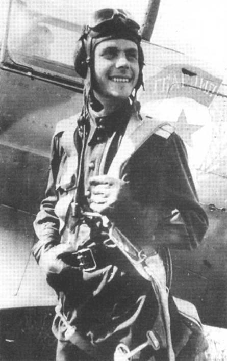 Неизвестный советский летчик из 26 ГвИАП на фоне своего самолета. Расположение знака Гвардии характерно для истребителей этого полка.