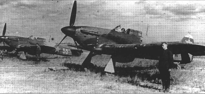 Два летчика 1-го ГвИАП готовят к вылету свой «Харрикейн» Mk IIB, весна 1942 года. На обеих самолетах хорошо видны британские пулеметы «Браунинг».