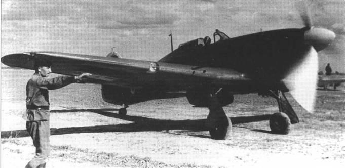 Перевооруженный на советский манер «Харрикейн» выруливает на старт, лето 1942 года.