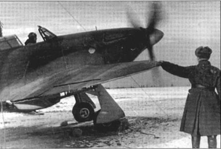 Прогрее двигателя «Харрикейна» на заснеженном аэродроме зимой 1942 года. Обратите внимание на направляющие для РСов под крылом.