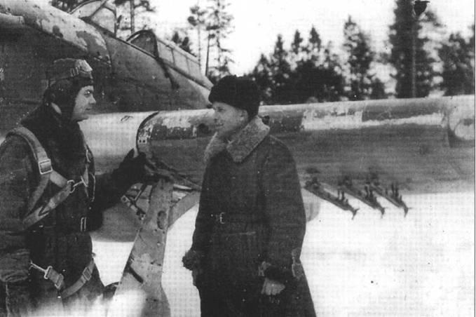 Неизвестный советский летчик общается с техником на фоне облезлого «Харрикейна» зимой 1942 года. Самолет дооворужен ракетами РС-82.