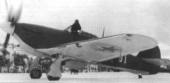 Генерал Кузнецов А.А. готовится к взлету с аэродрома «Ваенга» на «Харрикейне» Mk IIB V5252, конец октября 1941 года. Самолет построен фирмой «Глостер» незадолго до отправки в СССР на борту авианосца «Аргус».