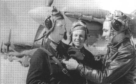Подполковник Белоусов В.И. (справа), командир 17-го ГвШАП награждает одного из летчиков, Карельский фронт, лето 1942 года. Наравне с «Харрикейнами» полк летал на И-15бис, а позже был перевооружен на Пе-2.