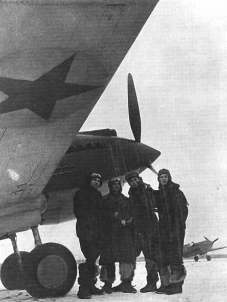 Пилоты 126-го ИАП готовятся к вылету на новых «Томагауках», зима 1941 года. Эти летчики совершали свои вылеты в районе Москвы в любую погоду. Обратите внимание на закрашенные британские опознавательные знаки на крыльях.