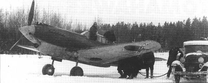 «Томагауки» Северного фронта (вероятно из 154-го ИАП) заправляются между вылетами, начало 1942 года. Эти самолеты прикрывали «Дорогу Жизни», которая связывала Ленинград с остальной частью СССР. Истребители Кертисса оказались очень тяжелыми в обслуживании в зимних условиях.
