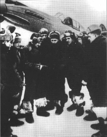 Командир 126-го ИАП майор Виктор Найденко проводит брифинг летчикам перед вычетом, Западный фронт, зима 1941 года.