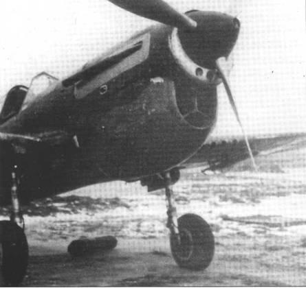 Один из 40 «Киттихауков», которые были оснащены советским двигателем М-105П. Обратите внимание на PC под крыльями.