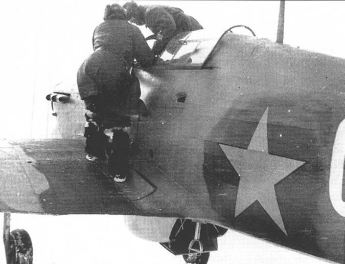 Генерал Кузнецов Л.Л. покидает другой «Харрикейн» после ознакомительного полета, октябрь 1941 года. Обратите внимание на закрашенные британские опознавательные знаки на фюзеляже.