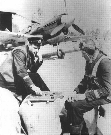 Асы Владимир Покровский (слева) и Павел Орлов из 2 ГСАП ВВС СФ играют в шашки в перерыве между боями, середина 1942 года.