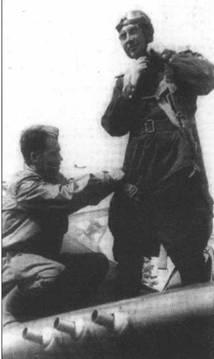 Капитан Иван Тушев из 191-го ИАП готовится к боевому вылету, Ленинградский фронт, лето 1943 года. Тушев был удостоен звания ГСС 2 ноября 1944 года после того как одержал 16 побед (1 – в группе). Конец войны встретил на Ла-5ФН.