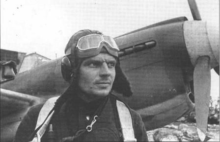 Капитан Александр Коваленко из 2 ГвИАП ВВС СФ на фоне своего «Киттихаука», весна 1942 года. На тот момент на его счету было 8 побед, звание ГСС получил через несколько недель.