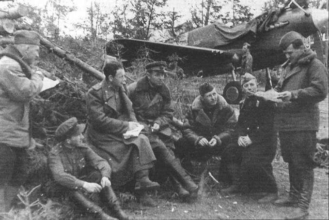 Политинформация на одном из аэродромов Ленинградского фронта, 1943 года. На заднем фоне техники укрывают Р-40М.