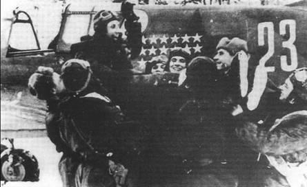Празднование очередной победы старшего лейтенанта Николая Кузнецова из 436-го ИАП после возвращения на небольшой аэродром на озере Зелигер, 26 декабря 1942 года.