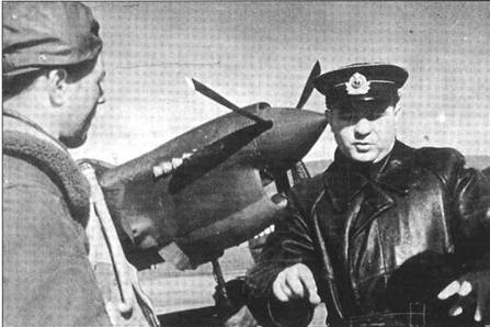 Командир 4 ИАД ВВС ЧФ подполковник Иван Любимов (справа) ставит задачу лейтенанту Лукину из 7 ИАП ВВС ЧФ. О Лукине известно, что он одержал как минимум пять побед (из них 2 – на Р-40).