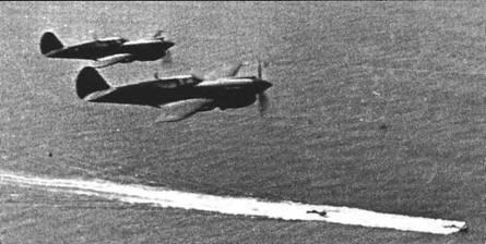 Пара «Киттихауков» одного из полков ВВС Черноморского флота прикрывают два торпедных катера, лето 1943 года.