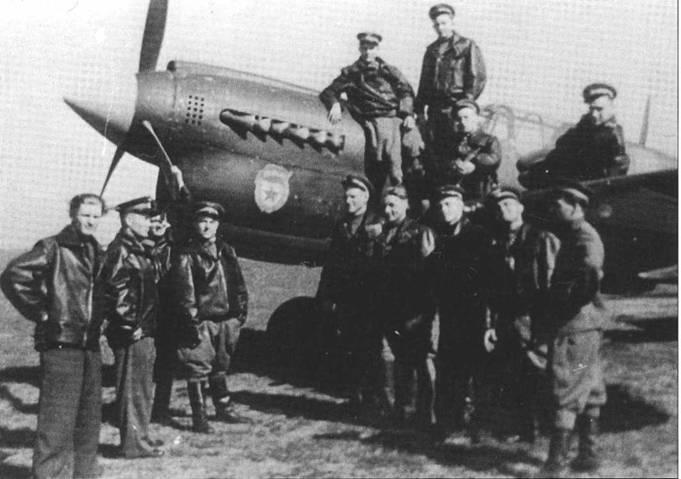 Летчики неизвестного гвардейского полка позируют на фоне разукрашенного P-40N, весна 1944 года.