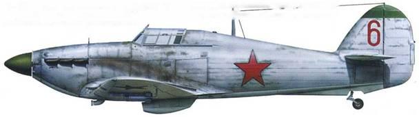 «Харрикейн» Mk ИВ (серийный помер неизвестен), подразделение неизвестно, Калининский фронт, начало 1942 г. В течение первых двух зим войны в советских ВВС практиковалась перекраска Столетов белым. Обратите внимание что кок винта и пилотка вероятно зеленые.