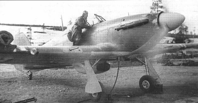 Ас и будущий ГСС капитан Александр Коваленко из 2-го ГвИАП ВВС СФ готовится залезть в свой «Харрикейп» Мк ИВ, аэродром «Ваенга», весна 1942 года. Самолет вооружен пушками ШВАК и пулеметами УБ. Часть из 19 побед летчика одержана именно на «Харрикейне» в 1942 году.
