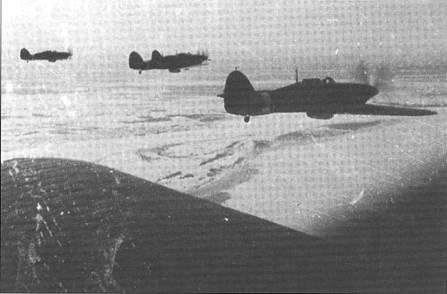 «Харрикейны» из состава 78 ИАП ВВС СФ в прикрытии бомбардировщиков СБ, зима 1941-42 гг. Несмотря на мороз у всех истребителей фонари открыты.