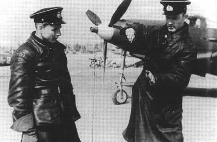 Капитан Захар Сорокин из 2-го ГвИАП ВВС СФ рассказывает о воздушном бое другому летчику, начало 1944 года. Сорокину ампутировали обе ступни в октябре 1941 года, но в 1943 года он добился разрешения летать. К концу войны на его счету было 18 побед, из которых 16 он одержал на Р-39.