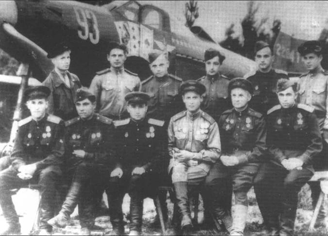 Летчики 30-го ГвИАП позируют на фоне Р-39Q-5 капитана Александра Филатова, Польша, 1944 года. Филатов сидит в центре слева, майор Ренц третий слева, слева от него полковник Ибатуллин.