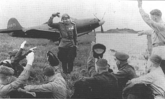 Старшего лейтенанта Василия Дрыгина (стоит в центре фотографии) поздравляют однополчане после удачного вылета. Приблизительно фотография сделана 24 мая 1943 года.