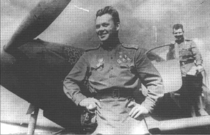 Незаслуженно забытый ас Григорий Речкалов с двмя Золотыми Звездами Героя, июль или август 1944 года. На заднем фоне еще один ГСС, однако кто он – неизвестно.
