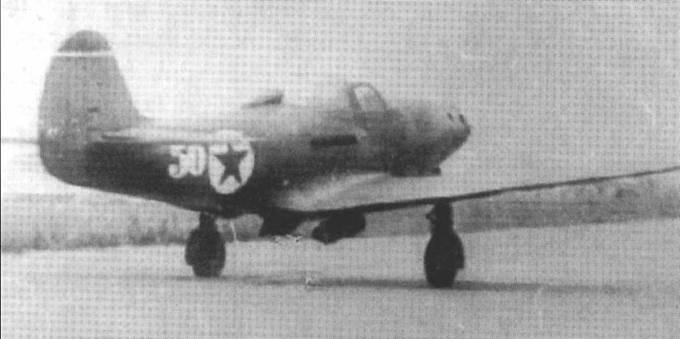 Р-39 старшего лейтенант Константина Сухова взлетает с одного из автобанов в Германии, апрель 1945 года. Летая в составе 16 ГвИАП летчик одержал 22 победы (из них 19 – на «Кобре»). Обратите внимание, что белый круг опознавательного знака остался белым. Кроме того, под фюзеляжем подвешены бомбы.