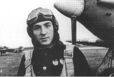 Фотография капитана Петра Сгибнева из 78 ИАП ВВС СФ, лето 1942 года. 23 октября 1942 года он был удостоен звания ГСС. Сгибнев был лучшим советским асом на «Харрикейне», одержав на нем 16 побед (а всего на момент гибели 3 мая 1943 года у него было 19 побед).