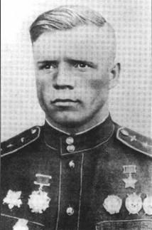 Одна из «звезд» 16-го ГвИАП – Александр Клубов. Свою первую Звезду Героя получил в апреле 1944 года. По этому поводу сделал и эту официальную фотографию.