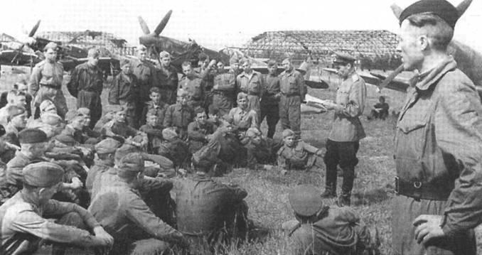 Политинформация в одном из полков, вооруженных «Спитфайрами» Mk IX, середина 1944 года.