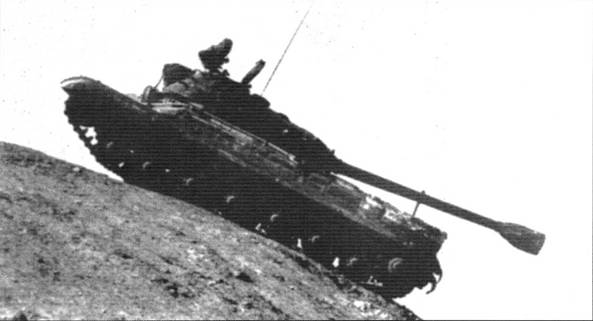 Т-10 на крутом горном спуске. Пушка установлена по- походному. Испытания. 1952 г.