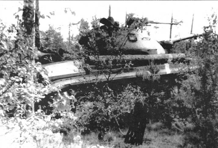 Т-10 в засаде. На манёврах Группы советских войск в Германии. Белая полоса справа на корпусе означает принадлежность танка к определённой стороне участников. Начало 1960-х гг.