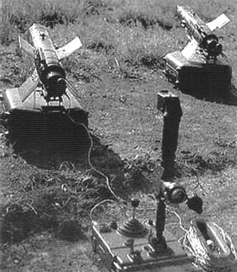 Противотанковый ракетный комплекс «Малютка». Переносной пехотный вариант: ракеты на пусковых установках в боевом положении, пульт управления с монокулярным визиром и аппаратурой наведения