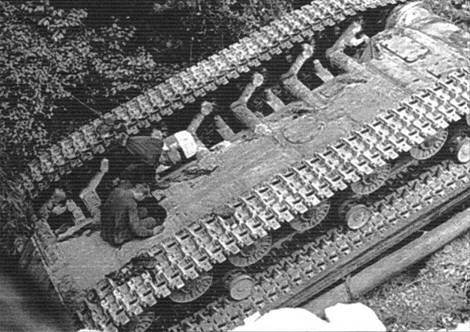Перевернувшийся танк. Хорошо видны люки на днище корпуса