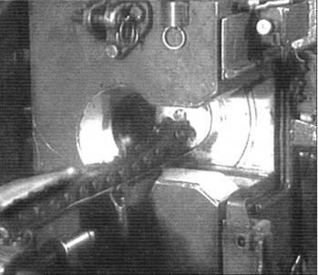 Слева: Заряжание орудия Д-25ТА танка Т-10. Снаряд находится на цепи досылателя, отправляющего его в камору орудия