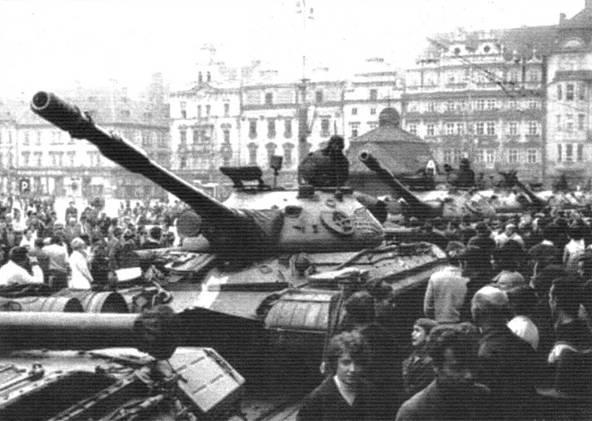 На фото вверху и справа: Танки Т-10М в Чехословакии в составе войск стран Организации Варшавского Договора. 1968 г.