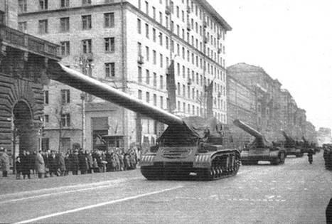 Миномёты «Ока», возвращаясь с парада, проходят по улице Горького (ныне Тверская). Москва, 1957 г.