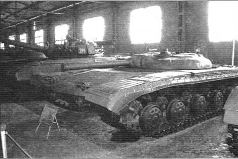 Слева: Опытный ракетный танк «объект 775» с 125-мм пусковой установкой Д-126 с ПТУР «Рубин». 1965 г.