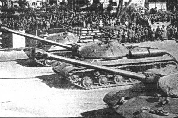 Танки ИС-3 71-го гвардейского тяжёлого танкового полка на совместном военном параде в Берлине в честь победы. Сентябрь 1945 г.