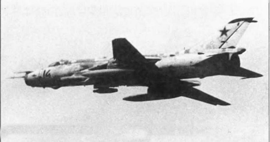 В полете Су-17 с помеховой станцией СПС-141, двумя ПТБ и блоком НАР.