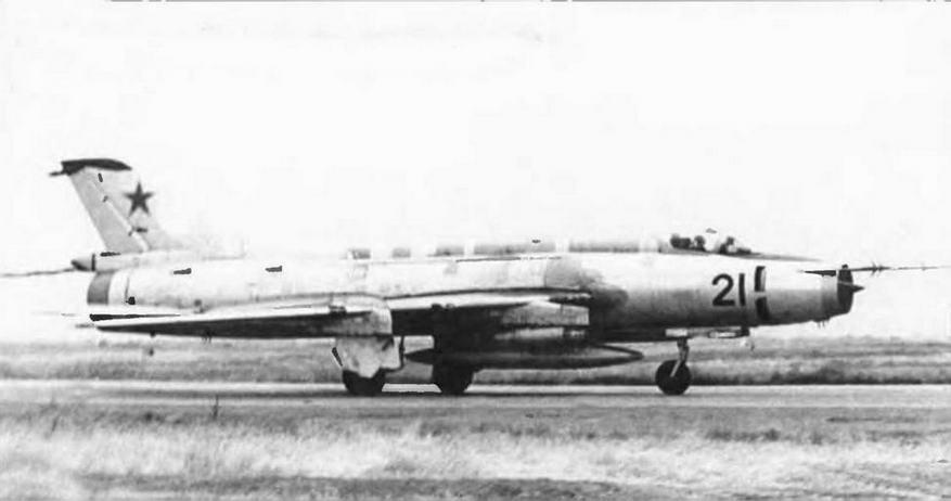 Доработанный Су-17 с гребнями увеличенной высоты.